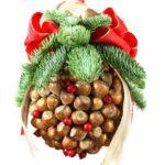 Świąteczna kula z szyszek i orzechów – kissing ball