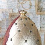 Pikowane jajo w złocie i rdzy