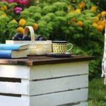 Mobilny stolik ogrodowy ze skrzynki