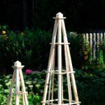 Drewniany obelisk ogrodowy na dwa sposoby