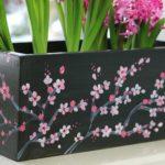 Skrzynka malowana w kwiaty wiśni